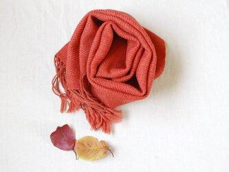 茜いろの大きいウールマフラー 草木染め・手織りの画像