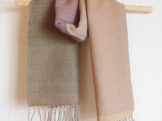 草木染めのやさしい色合い 手織りの大きいサイズのウールマフラーの画像