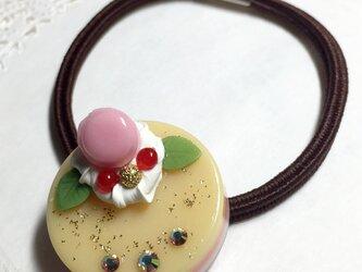 pinkマカロンのカスタードケーキヘアゴムの画像