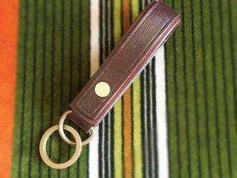 シンプルで色んな財布・ベルトに合わせやすいキーホルダー ブラウンの画像