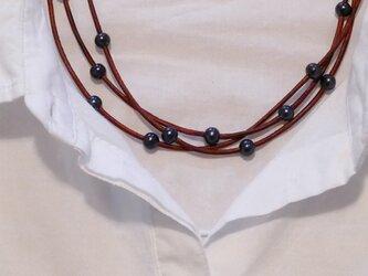 ブラウン革紐とパールの三連ネックレスの画像
