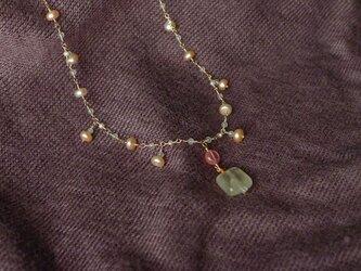淡水パールとプレナイトのネックレスの画像