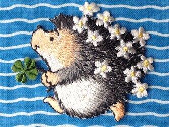 アップリケワッペン -花畑のハリネズミとクローバー W-0310の画像