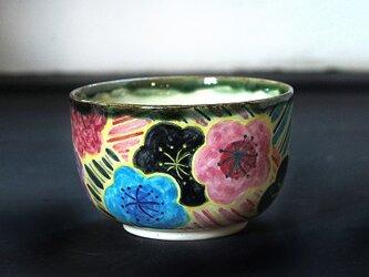 梅花と波模様の抹茶椀の画像