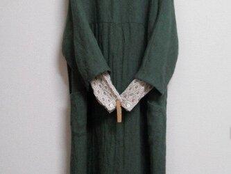 リネンウールの重ね着ドルマンワンピース 深緑の画像