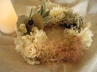 紫陽花とスモークツリーとラムズイヤーのリースの画像