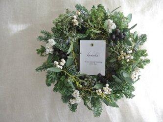 粉雪の積もるwinter wreathの画像