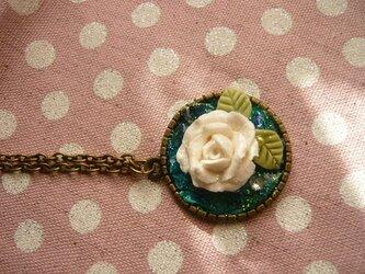白い薔薇のネックレス レジンの画像