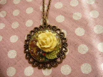 黄色い薔薇のオルゴナイト風ネックレス の画像