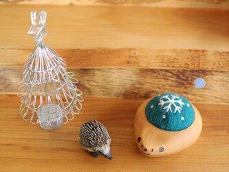 ハリネズミの羊毛ピンクッション【針山】snow crystal Blueの画像