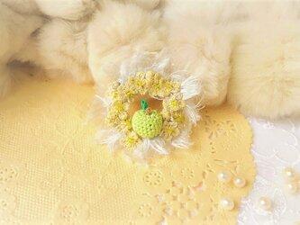 青い姫リンゴのリースブローチ(レース編み)の画像