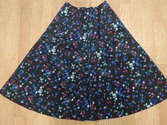 サテン小花プリントフレアースカートの画像