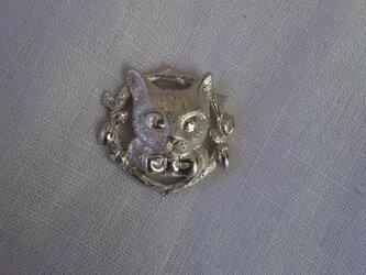 とら猫とマタタビリースのペンダントの画像