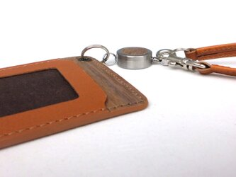 木と革のパスケース(ベルトとキーリール付)---ICカード使用可 [キャメル]の画像