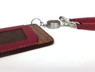 木と革のパスケース(ベルトとキーリール付)---ICカード使用可 [レッド]の画像
