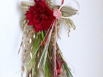 お正月 艶やかなダリアとカラーのしめ縄飾りの画像