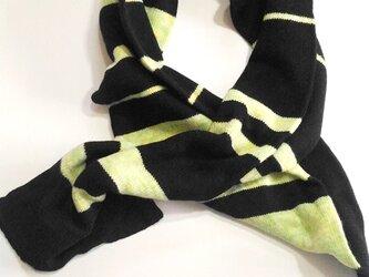 最高品質の毛糸ニットの黒と黄色/水緑の縞マフラーの画像