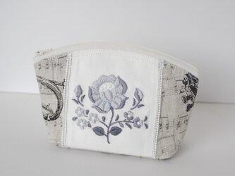 モノトーン花刺繍のポーチの画像