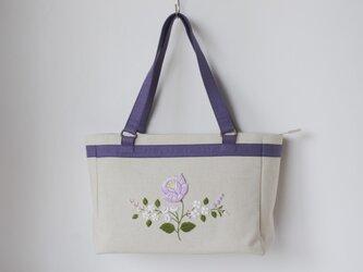 紫の花刺繍バッグの画像