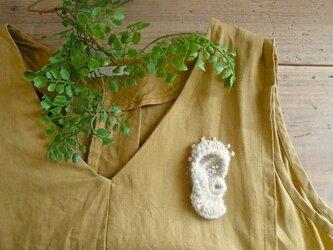 耳ブローチ〈アルパカ糸〉の画像