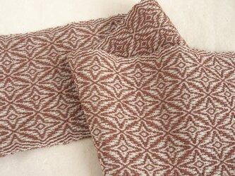 レンガ色模様手織りのテーブルランナーの画像