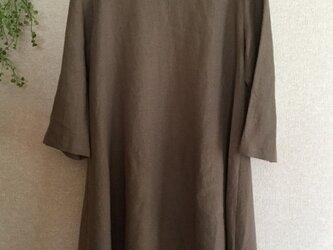 カフェモカ色のリネン100%裾ドレープワンピースの画像