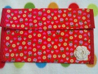 ペタンコ通帳ケース 赤の花柄の画像