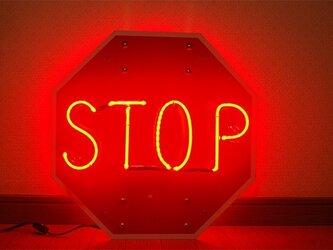 STOPサインのネオンの画像