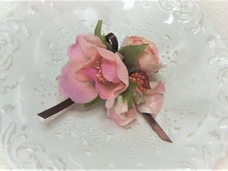 プリムラローズとベリーのコサージュ☆*:.くすみピンクの画像