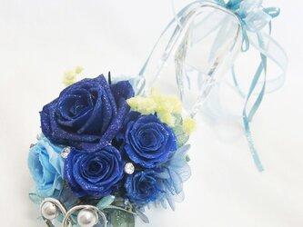【プリザーブドフラワーリングピロー/本当のガラスの靴シリーズ】シンデレラのガラスの靴と青いとブルーの薔薇たちの輝きの画像