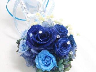【プリザーブドフラワー/本当のガラスの靴シリーズ】シンデレラのガラスの靴に青とブルーの薔薇の神秘的な輝きとリボンを添えての画像