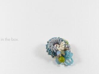 ブルーの小花 ビーズ刺繍のブローチの画像