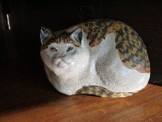 レリーフ 箱座りの茶白猫の画像