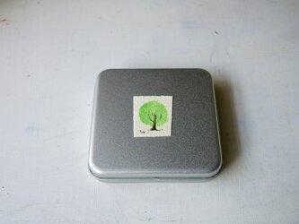 ちいさな絵画のついたギフト缶(ブローチ用)の画像