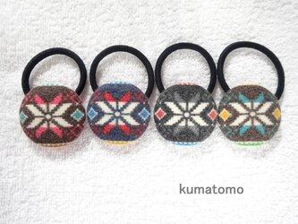 ノルディック柄のくるみボタンのヘアゴム の画像