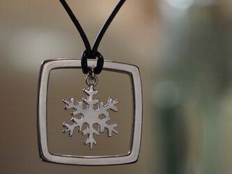 ひらひらゆれる雪の結晶ペンダントの画像
