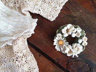 布花コサージュ オフホワイトのお花畑 ミニリースの画像
