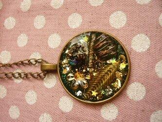 小さな指輪のオルゴナイト風ネックレス (深緑)の画像