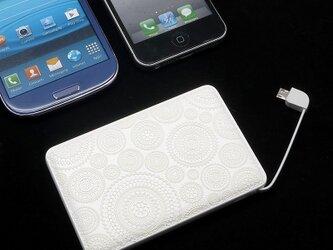 モバイルバッテリー(ホワイトレース3D)〔ケーブル内蔵・5000mAh〕の画像