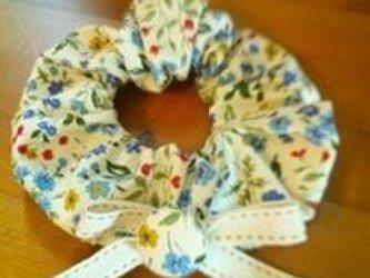 青い小花柄のリボンシュシュの画像