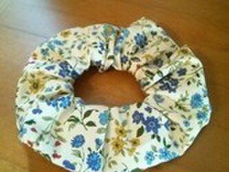 青い小花柄のシンプルシュシュの画像