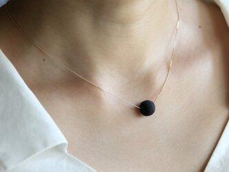 絹糸巻きビーズ&K10チェーンショートネックレス(ブラック)の画像