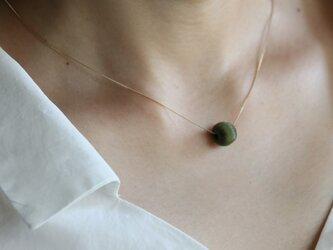 絹糸巻きビーズ&K10チェーンショートネックレス(カーキ)の画像