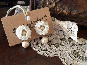 布花イヤリング オフホワイトの小さなお花とコットンパールの画像