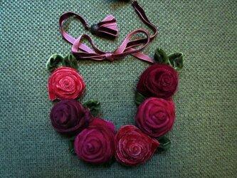ベロアリボンとオーガンジーのバラのネックレスの画像