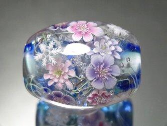 雪割草と雪の結晶のとんぼ玉(ガラス玉)の画像