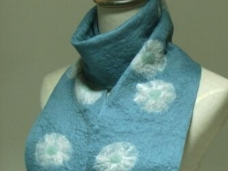 青磁色に白いお花のフェルトマフラーの画像