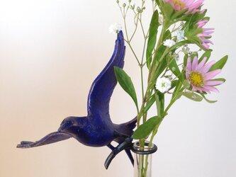花を摘む青い鳥の一輪挿しの画像