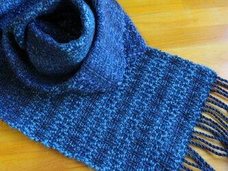 手織のマフラー 紺(こん)の画像