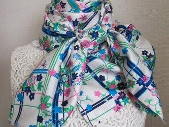 格子に和花のシルクスカーフの画像